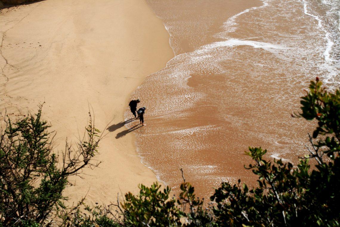 Zwei Menschen am Strand von Portugal